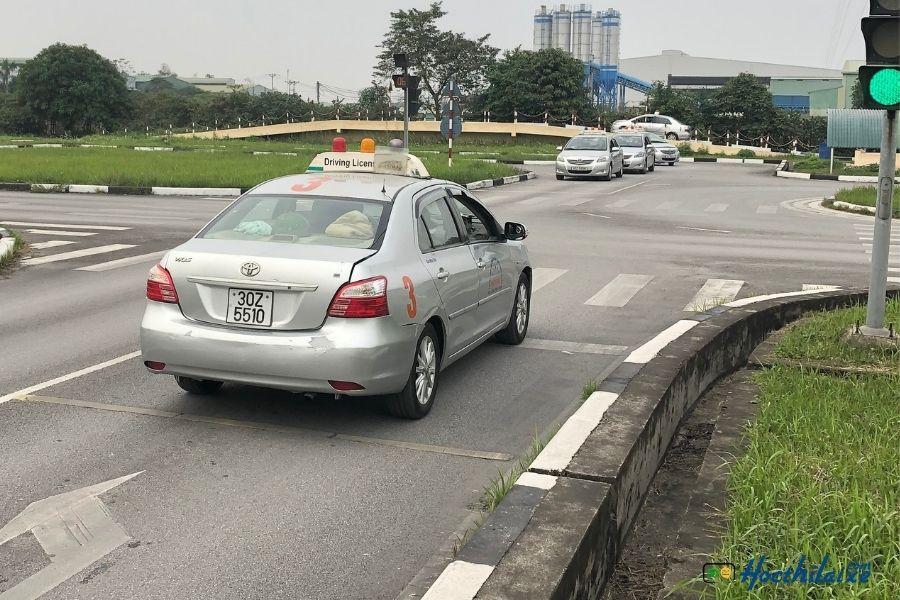 Bài 5: Qua ngã tư có đèn tín hiệu điều khiển giao thông