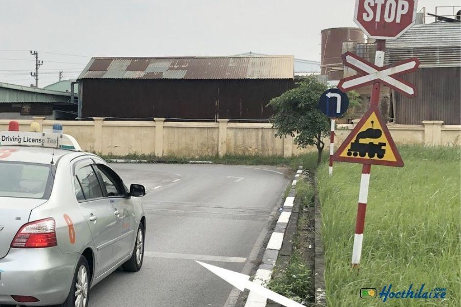 Bài 8: Dừng xe nơi giao nhau với đường sắt