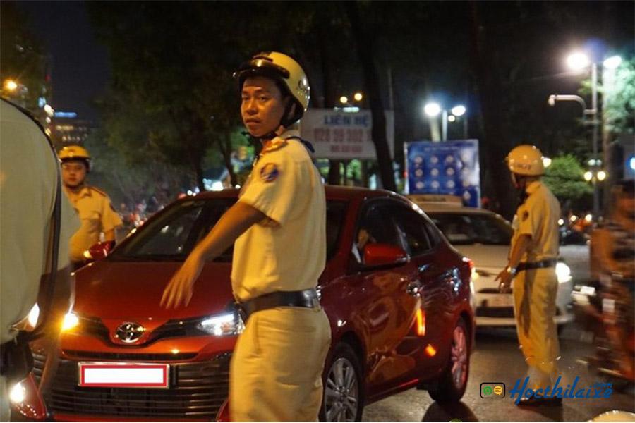 Cảnh sát dừng xe kiểm tra GPLX