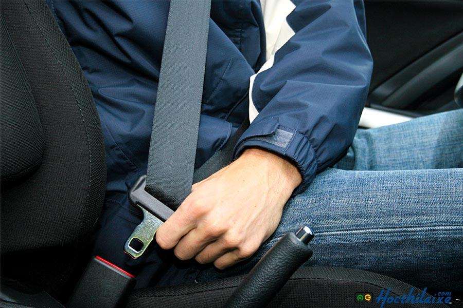 Luôn phải thắt dây an toàn khi ngồi trên xe