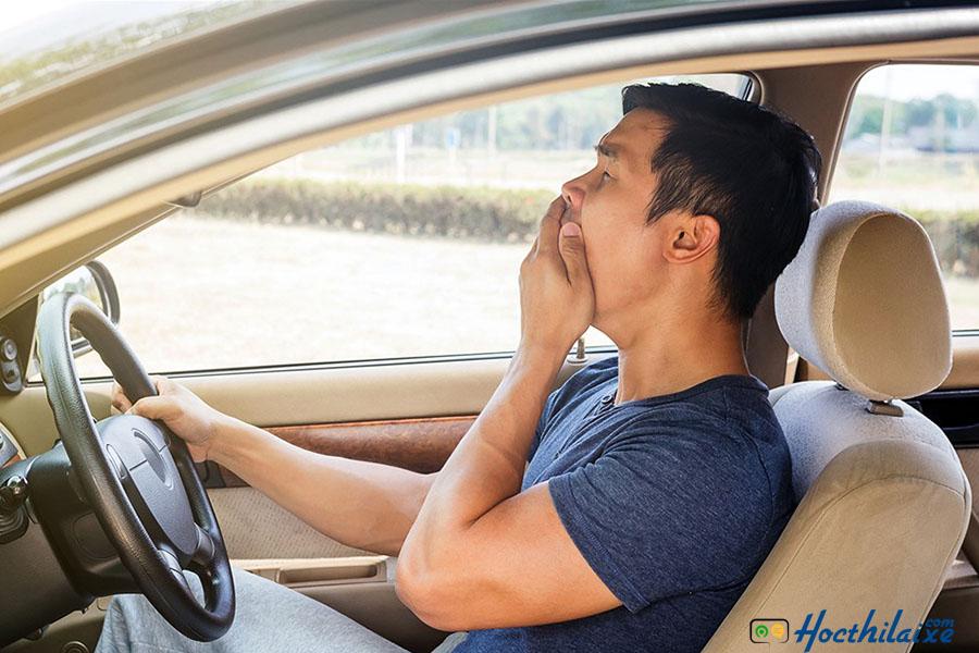 Khi đã quá buồn ngủ thì không nên cố gắng lái xe