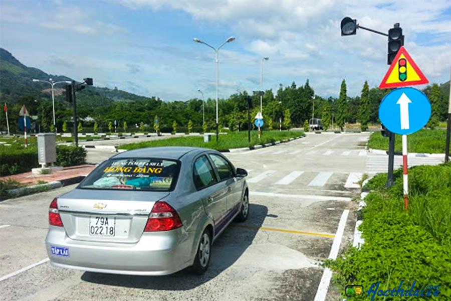 Đi xe qua ngã 4 có tín hiệu điều khiển giao thông