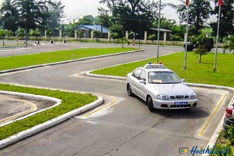 Đi xe qua đường vòng quanh co (chữ S)