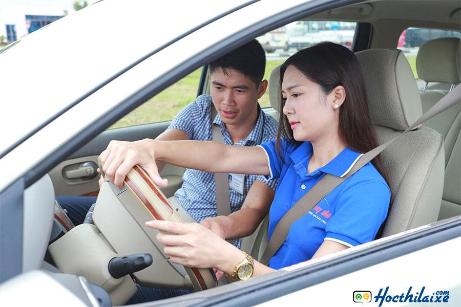Học kỹ năng lái xe trong sa hình