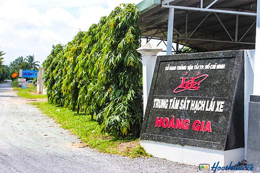 Cổng trước trường dạy lái xe ô tô Hoàng Gia