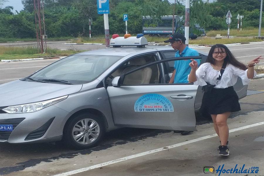 Học viên tập lái xe tại trung tâm Viễn Đông