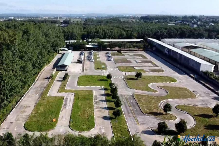 Sân thi Trung tâm giáo dục nghề nghiệp Thành Đạt