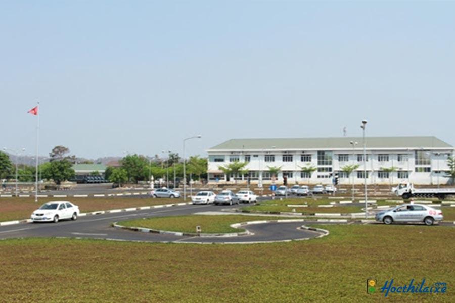 Trường trung cấp nghề Việt Mỹ sân sát hạch rộng rãi