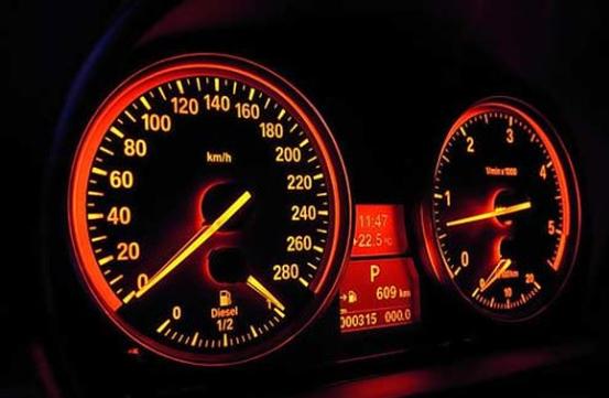 Đồng hồ đo tốc độ hiển thị dạng kim - hướng dẫn lái xe số sàn