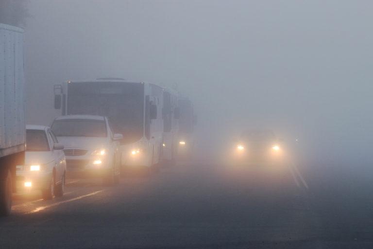 Mở đèn pha trong sương mù là lỗi nguy hiểm khi lái xe ô tô