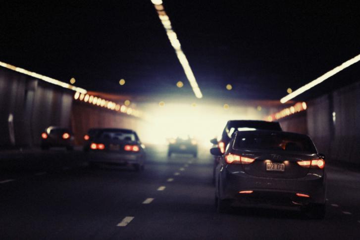 Cẩn thận các nguồn sáng ngược chiều cũng là kinh nghiệm lái xe ô tô ban đêm