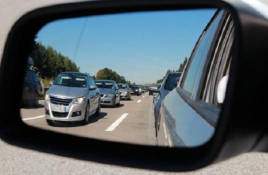 Kinh nghiệm lái xe ô tô trong thành phố là hãy quan sát kỹ xung quanh