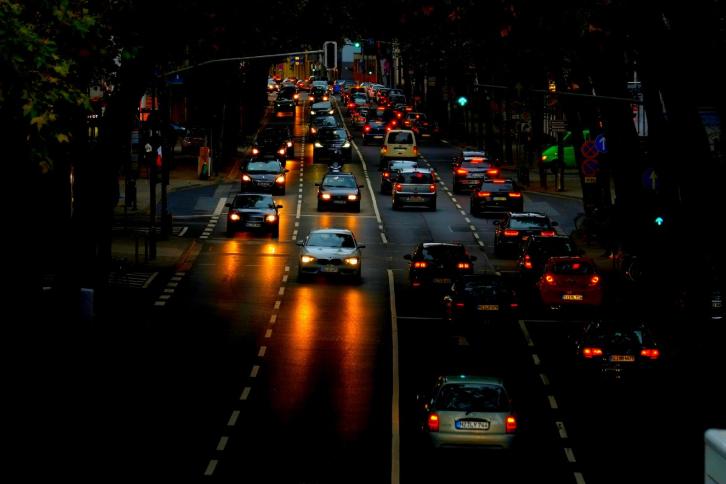 Di chuyển với tốc độ phù hợp là một trong những kinh nghiệm lái xe ô tô ban đêm