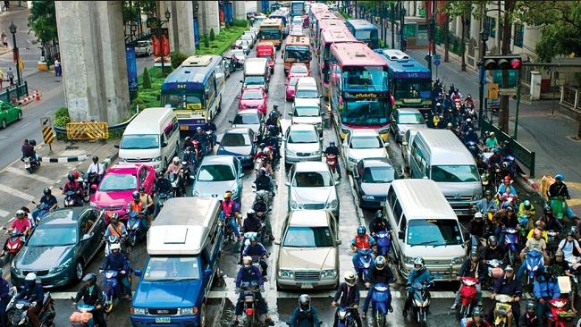 Kinh nghiệm lái xe ô tô trong thành phố giúp bạn tự tin đánh lái vào giờ tan tầm