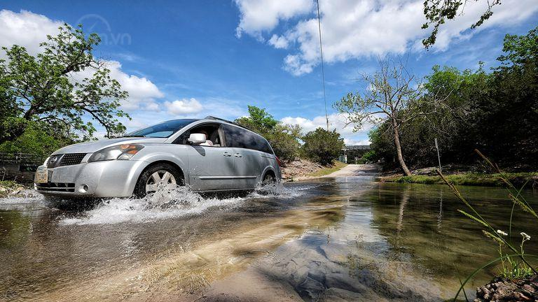 10 điều nên tuân thủ khi xe ô tô bị ngập nước