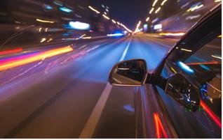 kinh nghiệm lái xe ô tô ban đêm là nhìn gương chiếu hậu