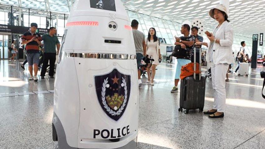 Robot cảnh sát ở sân bay - robot cảnh sát giao thông