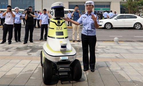 Robot cảnh sát tư vấn giao thông của Trung Quốc - robot cảnh sát giao thông