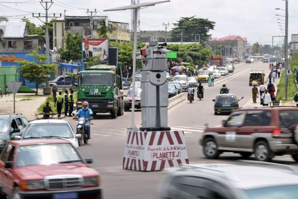 Robot cảnh sát ở nước Công Gô - robot cảnh sát giao thông