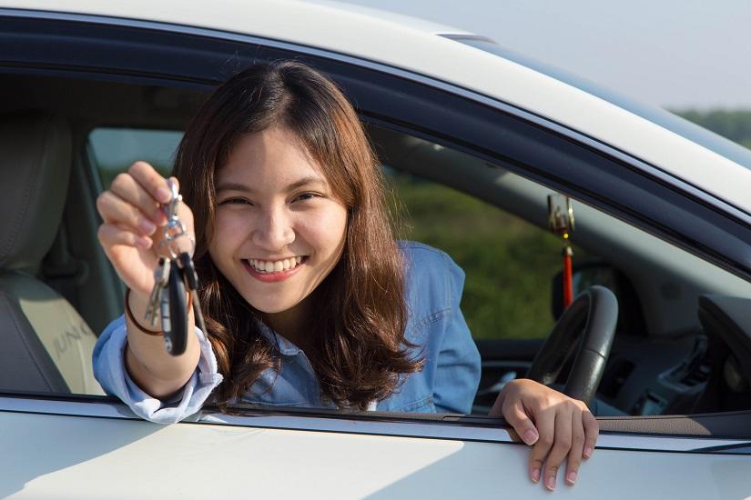 Khi xem các bài dạy thực hành trên video, học viên có thể vừa xem vừa tập lái