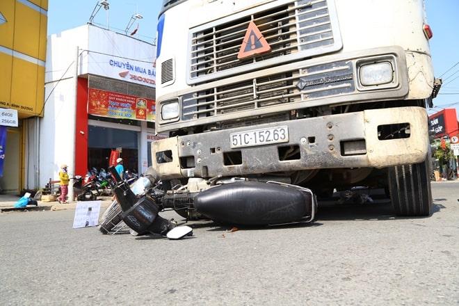Lái xe gần container cần chú ý tránh gây tai nạn