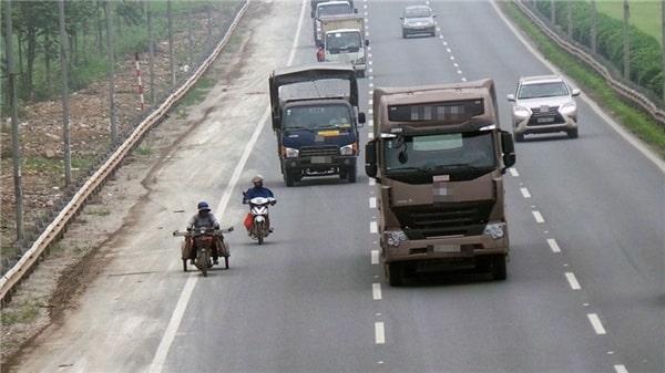 Khi lái xe gần container nên giữ khoảng cách an toàn