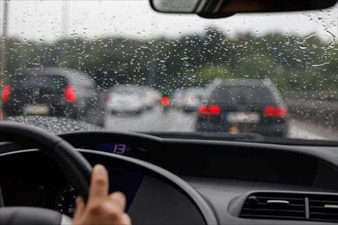 Chạy chậm, quan sát xe đi trước - tình huống nguy hiểm khi lái xe trời mưa