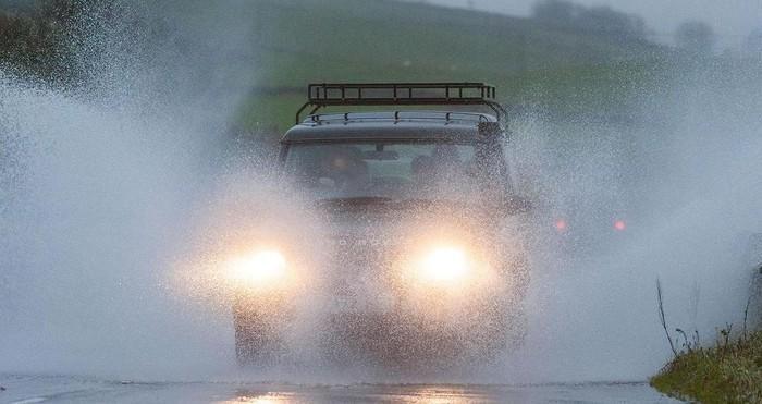 Hãy bật đèn chiếu gần - tình huống nguy hiểm khi lái xe trời mưa