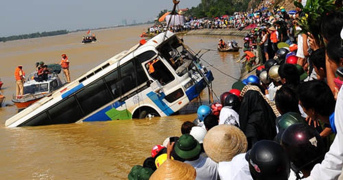 Cảnh trục vớt xe khách ở sông Lam, Hà Tĩnh - Những cung đường nguy hiểm