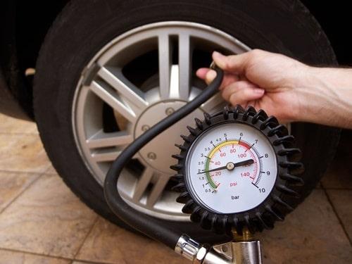 Xe ô tô lâu ngày không sử dụng cần phải hơm lốp xe
