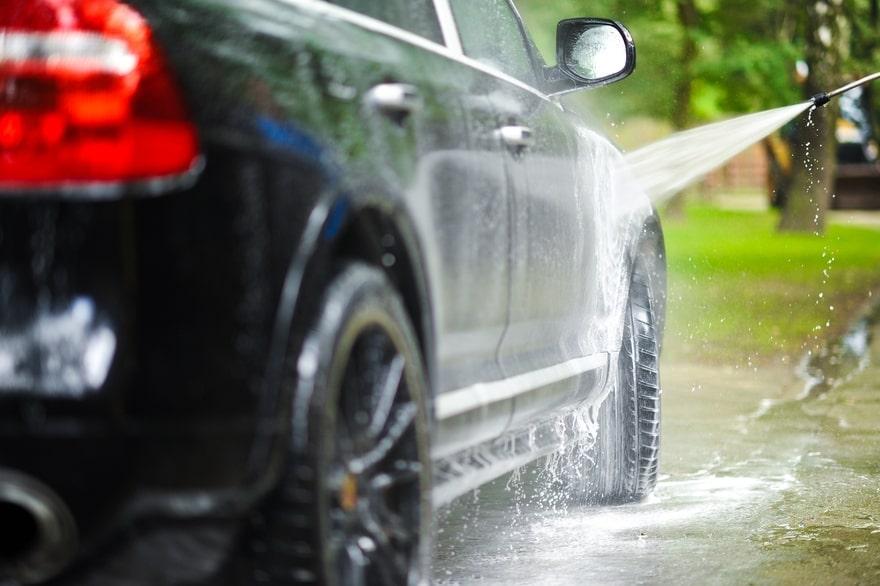 Tắm sạch xe ô tô lâu ngày không sử dụng