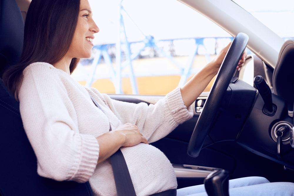 Phụ nữ lái xe khi mang thai nên lái chậm