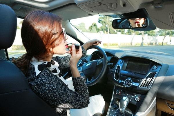 Vừa lái xe vừa trang điểm là thói quen nguy hiểm khi lái xe của phụ nữ