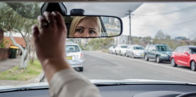 Quên chỉnh gương ghế và hạ phanh tay là thói quen nguy hiểm khi lái xe của phụ nữ