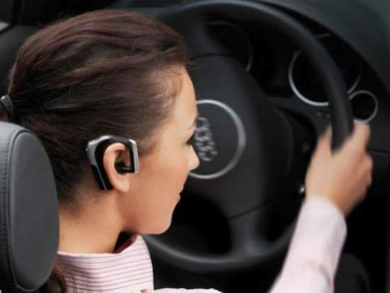 Nghe điện thoại là thói quen nguy hiểm khi lái xe
