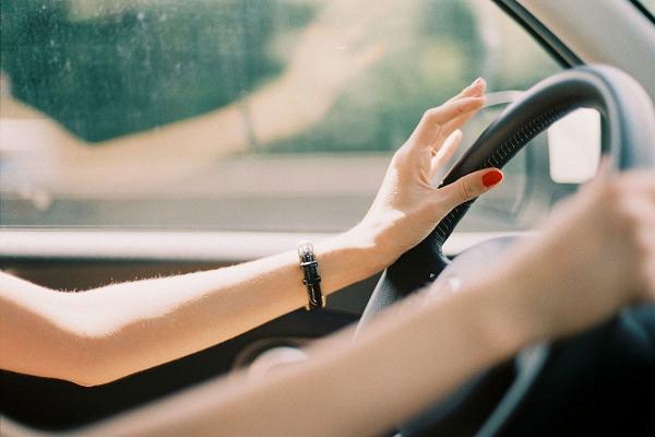 Phụ nữ học lái xe ô tô không cứng như đàn ông