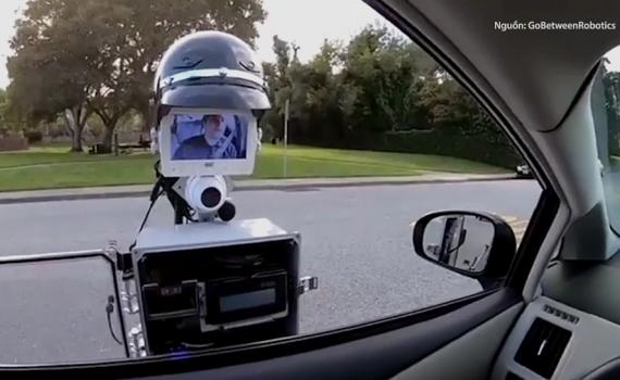 Robot cũng dơ gậy gai chặn phía sau lốp đề phòng tài xế bỏ chạy - robot cảnh sát giao thông
