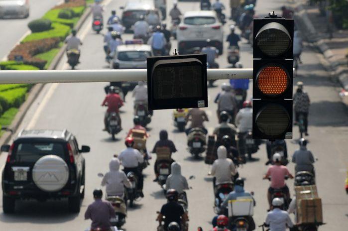 Đèn giao thông giúp quản lý các phương tiện giao thông lưu thông trên đường- Xe máy vượt đèn vàng sẽ bị xử phạt