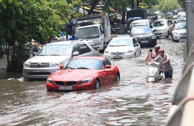 Công nghệ xe ô tô giúp bạn thoát hiểm vào những ngày mưa gió